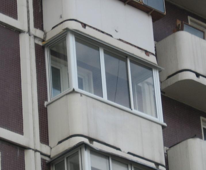 Пример остекления балкона раздвижными лёгкими окнами на юге .