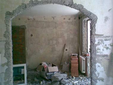 Демонтаж стен. Арка в стене